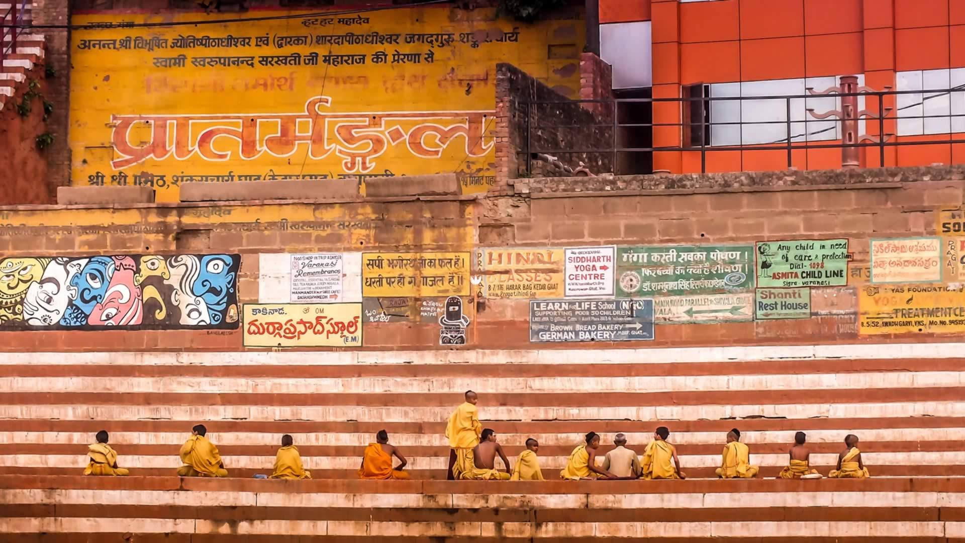 Personnes sur des marches en Inde