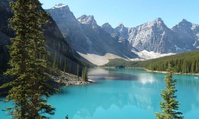 lac turquoise, sapins et montagnes canada