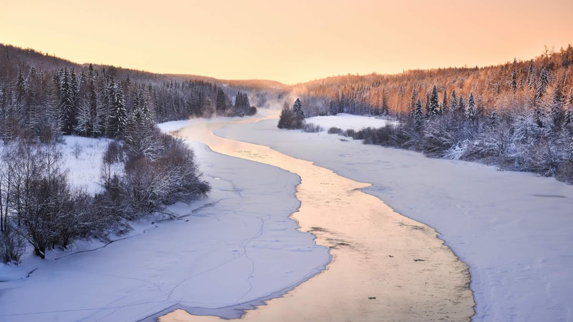 Russie rivière forêt enneigée